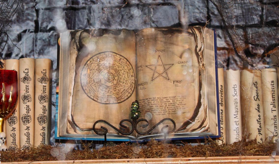 Livre vieillot maison hant e secret queen - Decoration halloween maison hantee ...